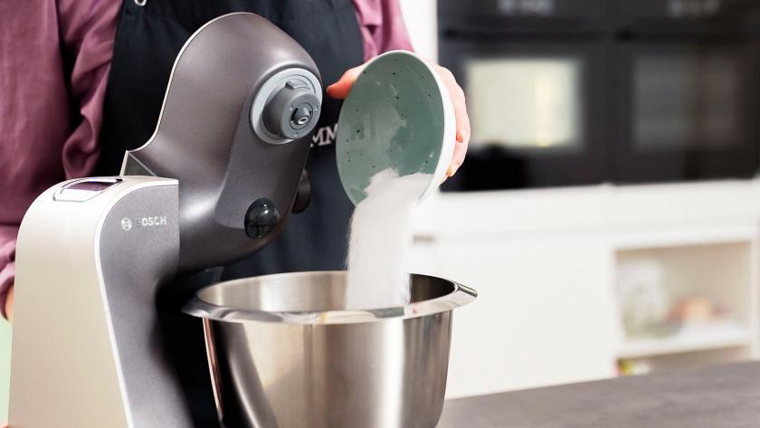 Erythrit wird in die Rührschüssel einer Küchenmaschine gegeben.
