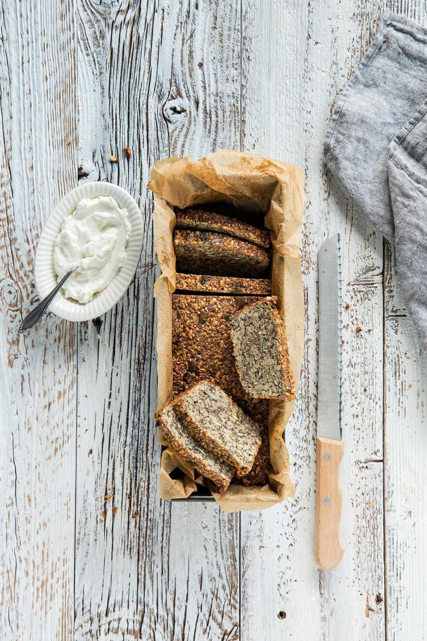 Low Carb Brot mit Quark in Scheiben geschnitten in Kastenform.
