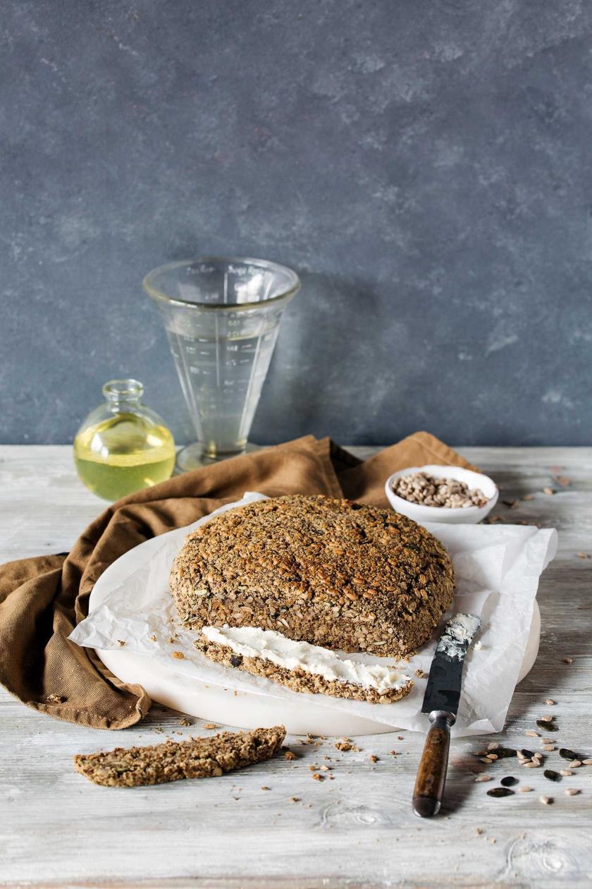 Veganes Low Carb Brot ohne Ei auf einem Küchentuch und angeschnitten.
