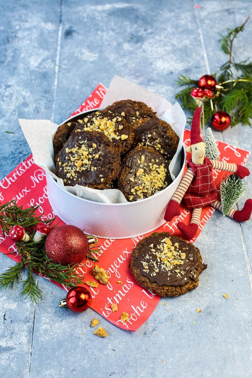 Low Carb Lebkuchen in einer Dose mit Weihnachtsdeko angerichtet.