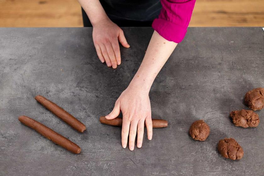 Der Teig für Magenbrot wird in Stränge geformt.