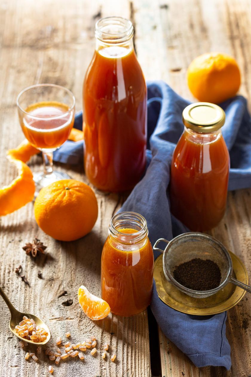 Mandarinenlikör in mehreren Flaschen.