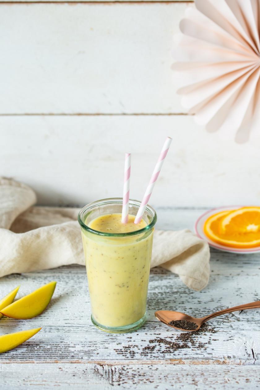 Glas mit Mango-Orangen-Shake aus dem Cookit.