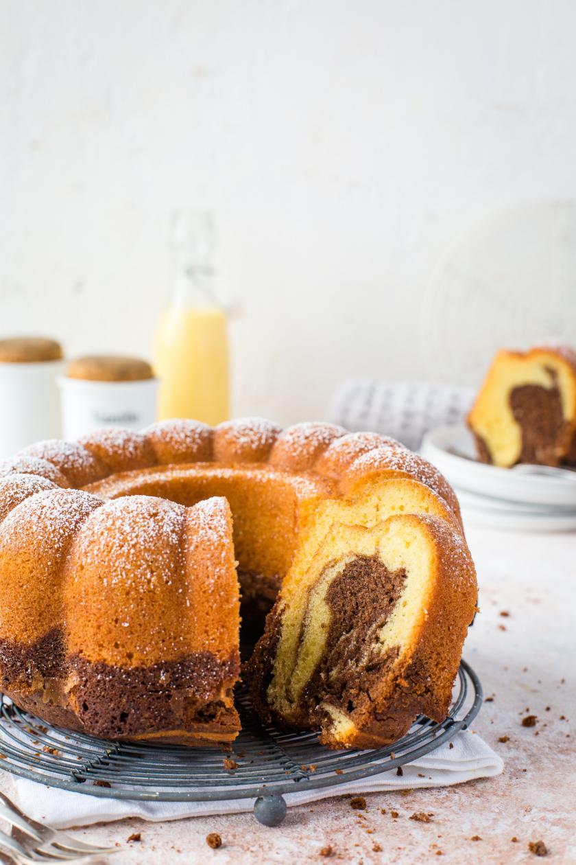 Angeschnittener Marmorkuchen mit Eierlikör und Nutella in österlichem Setting.