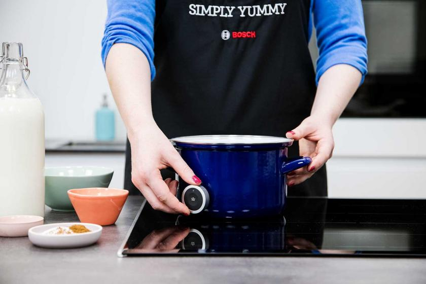 PerfectCook Kochsensor wird an einen Topf angebracht.