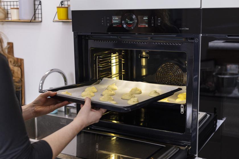 Mini-Amerikaner werden in den Ofen geschoben.