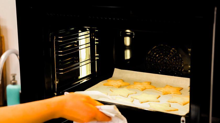 Nikolausplätzchen werden aus dem Ofen genommen.