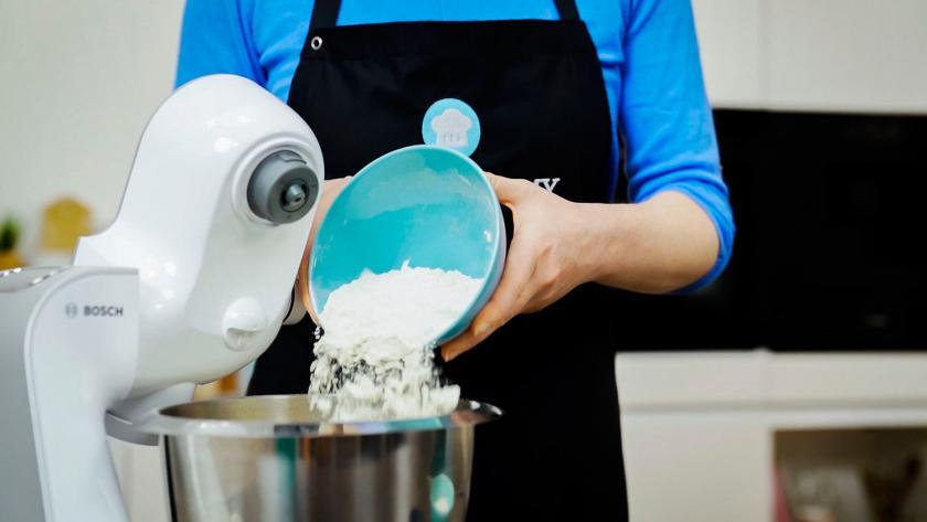 Für den Teig der Nikolausplätzchen wird Mehl in eine Rührschüssel gegeben.