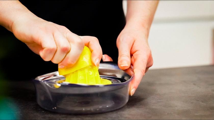 Eine Zitrone wird ausgepresst.