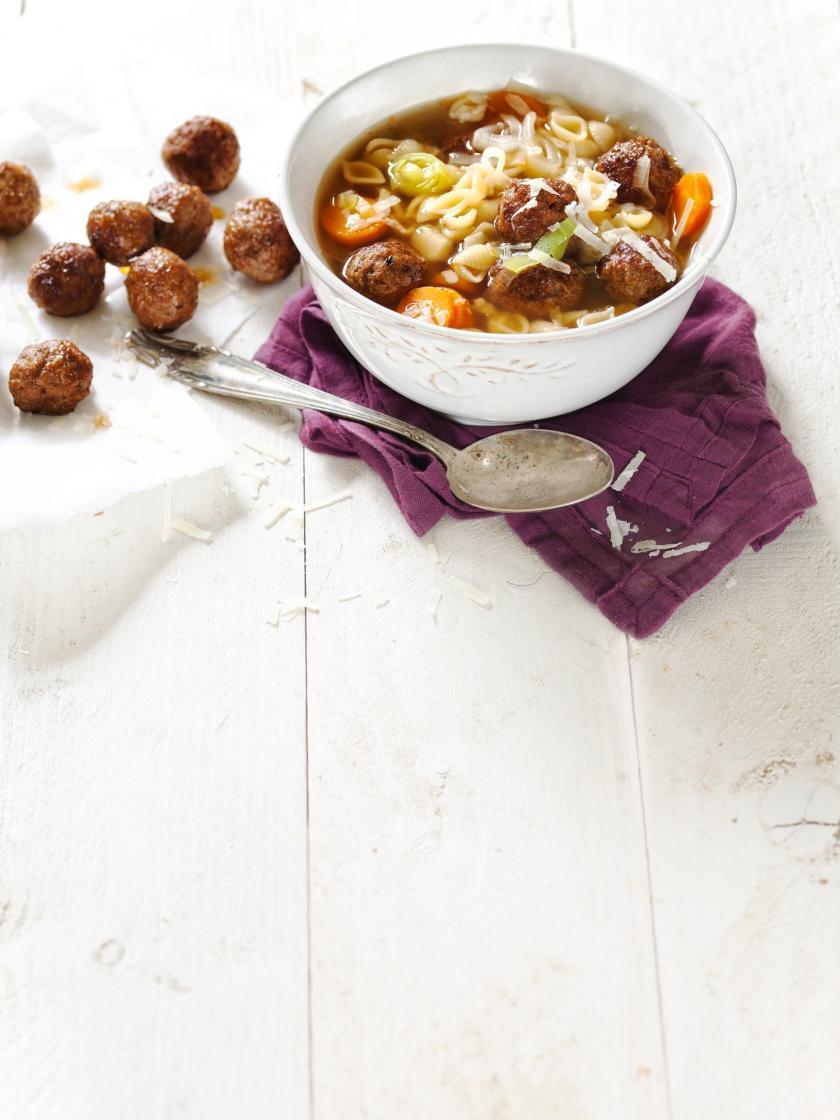 Nudelsuppe mit Rinderhackbällchen im Suppenschale, Löffel.