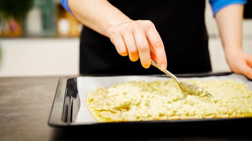 Auf dem Boden für die Nussecken mit Marzipan wird die Mandelmasse verteilt.