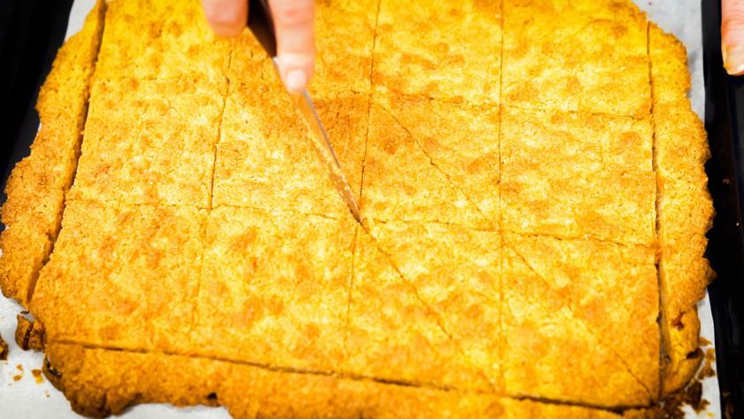 Die Nussecken mit Marzipan werden geschnitten.