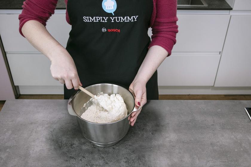 Für Baguette wird Mehl mit Hefewasser in einer Schüssel verrührt.