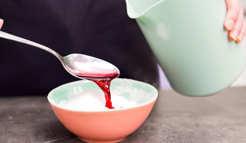 Für den Osterkuchen vom Blech wird Kirschsaft zu Vanillepuddingpulver gegeben.