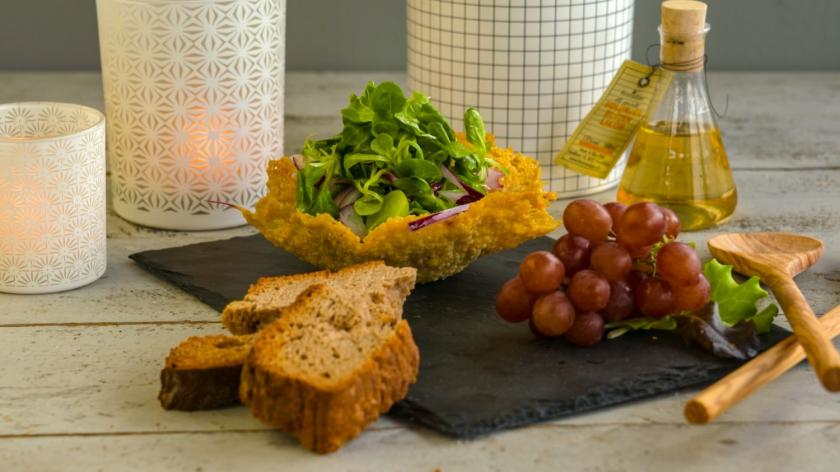 Parmesankörbchen mit Feldsalat und Trauben sowie Brot