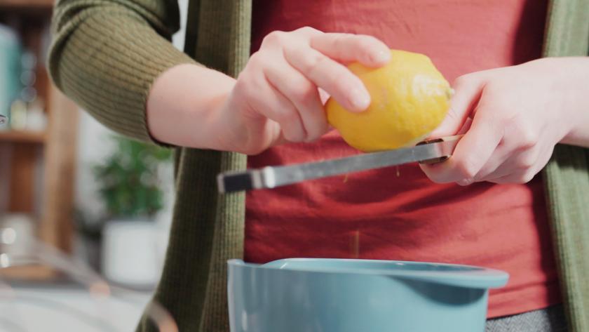 Zitronenschale wird in die Mascarponecreme gerieben.