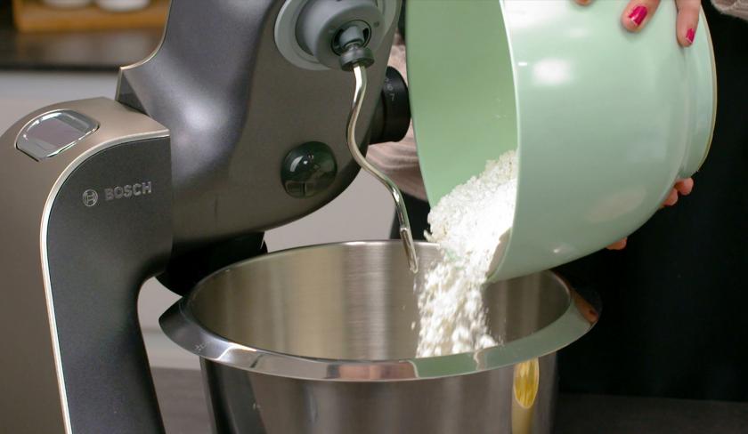 Für den Teig vom Pecan Pie wird Mehl in die Rührschüssel einer Küchenmaschine gegeben.