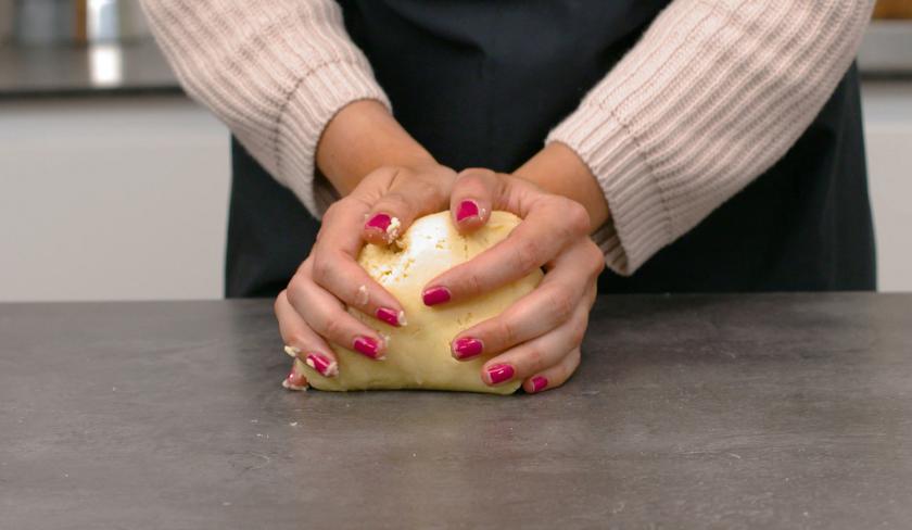 Der Teig für den Pecan Pie wird mit den Händen geknetet.