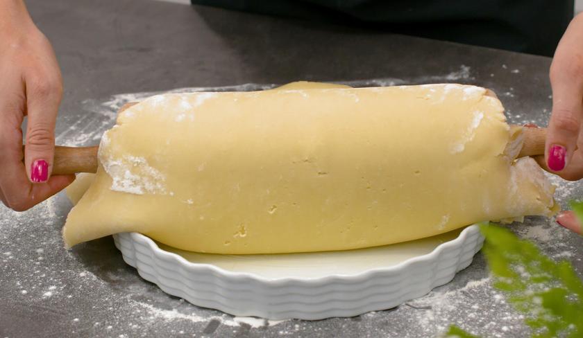 Der Teig für den Pecan Pie wird in eine Backform gegeben.
