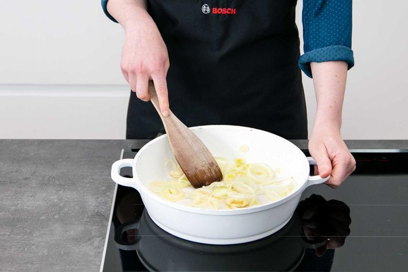 Zwiebel und Knoblauch werden in einer Pfanne angebraten.