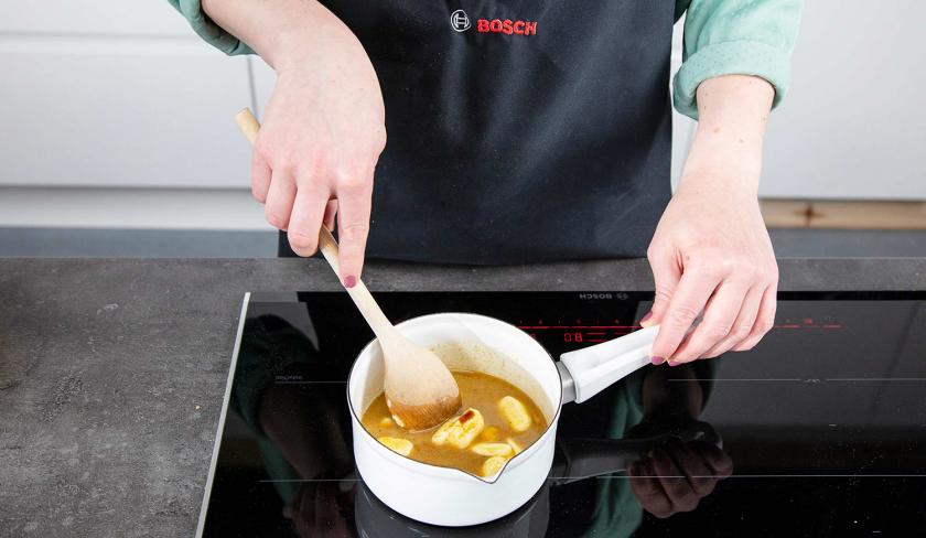 Butter und Zucker werden für den Pfannen-Cookie mit Nutella-Kern in einem Topf geschmolzen.