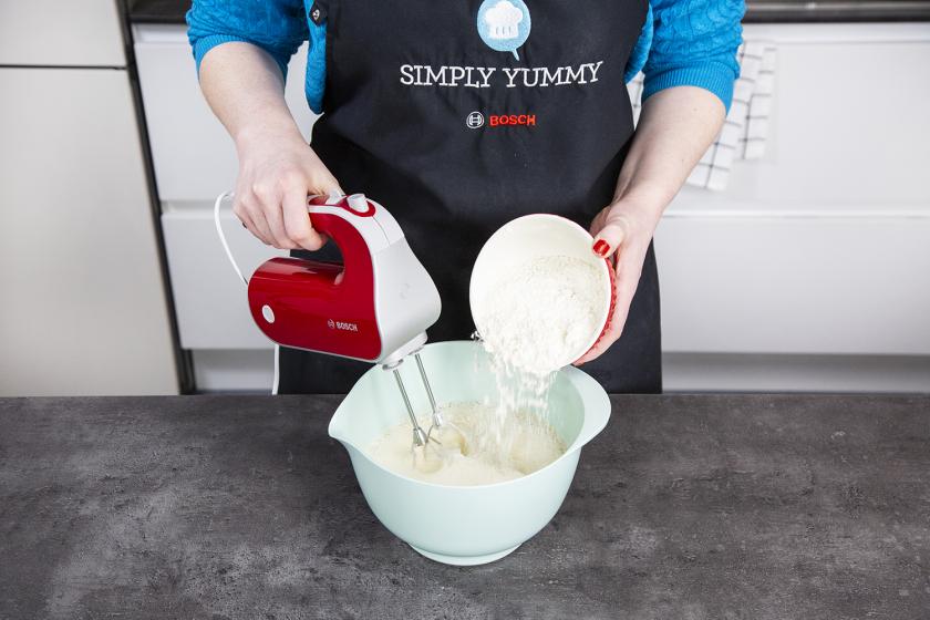 Die trockenen Zutaten werden in die Schüssel mit der Eimasse gegeben und für das Pfannkuchen Rezept untergerührt.