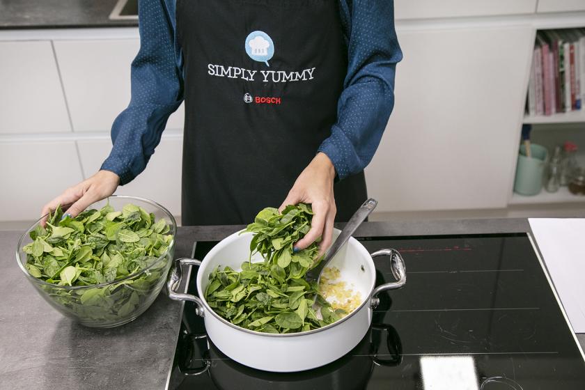 Für das Pide wird Spinat in einer Pfanne gedünstet.