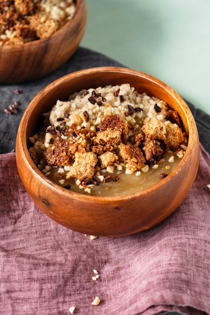 Porridge Bowl mit Kompott und Toppings in einer Schale.