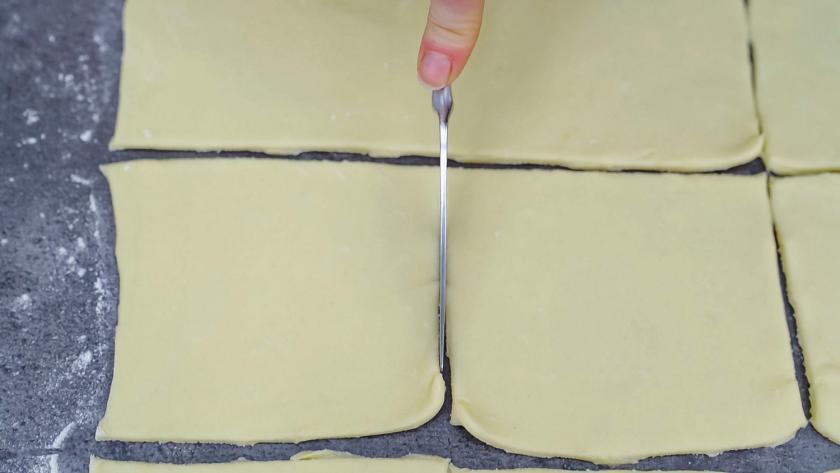 Der Teig für die Quarktaschen wird in Quadrate geschnitten.