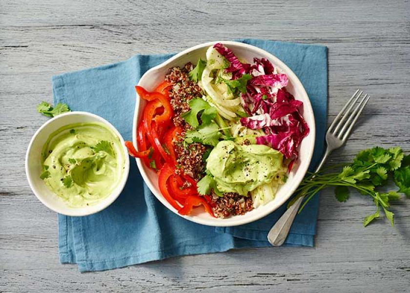 Quinoa Bowl mit Avocadocreme auf einem Tisch angerichtet.