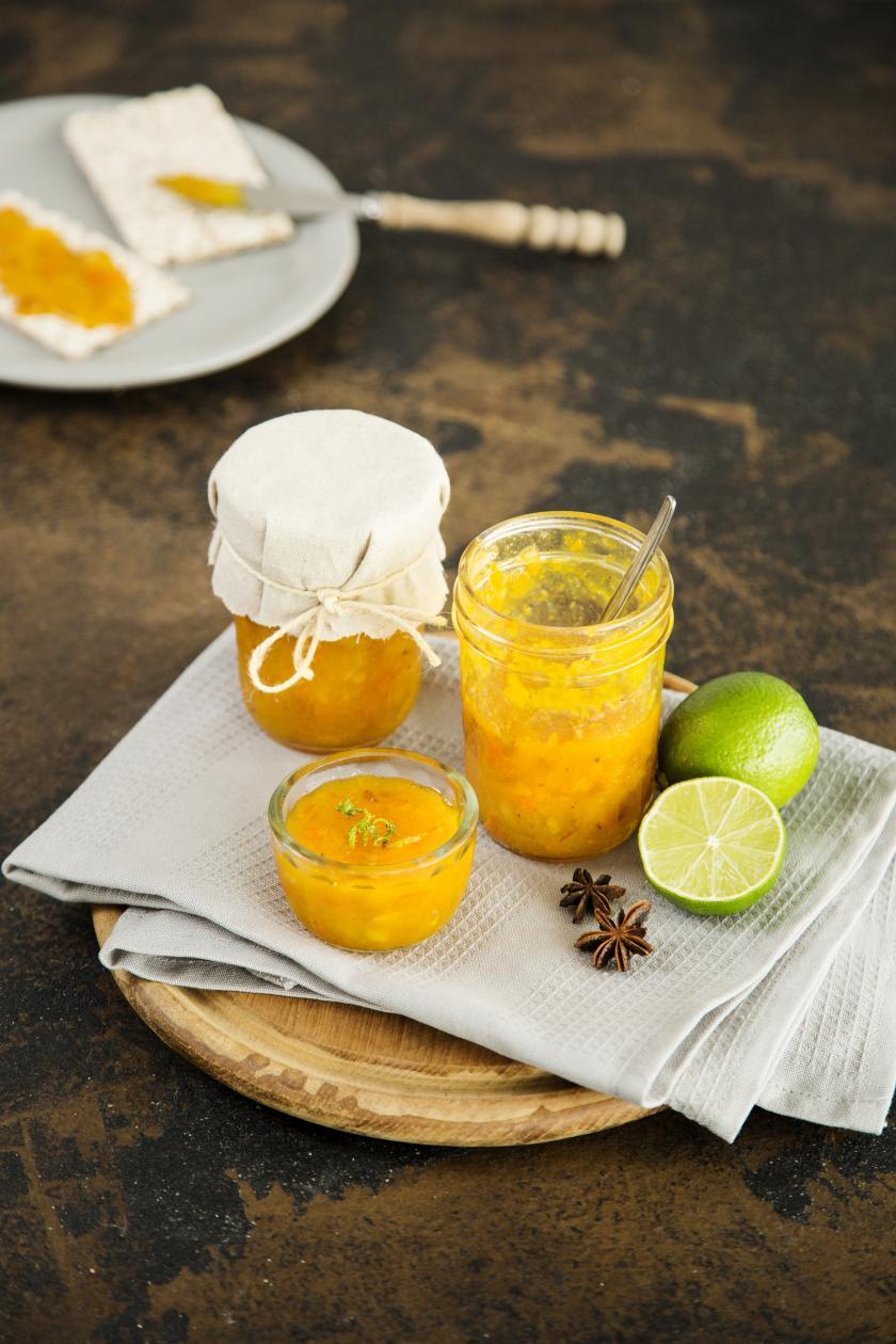 Oranges Chutney im Glas auf Brett