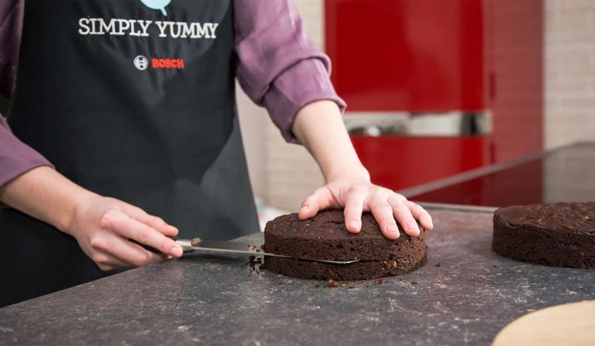 Die Böden für die Oreo Torte werden waagerecht halbiert.