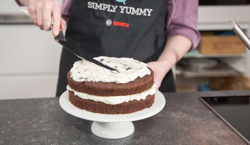Boden und Creme werden zur Oreo Torte geschichtet.