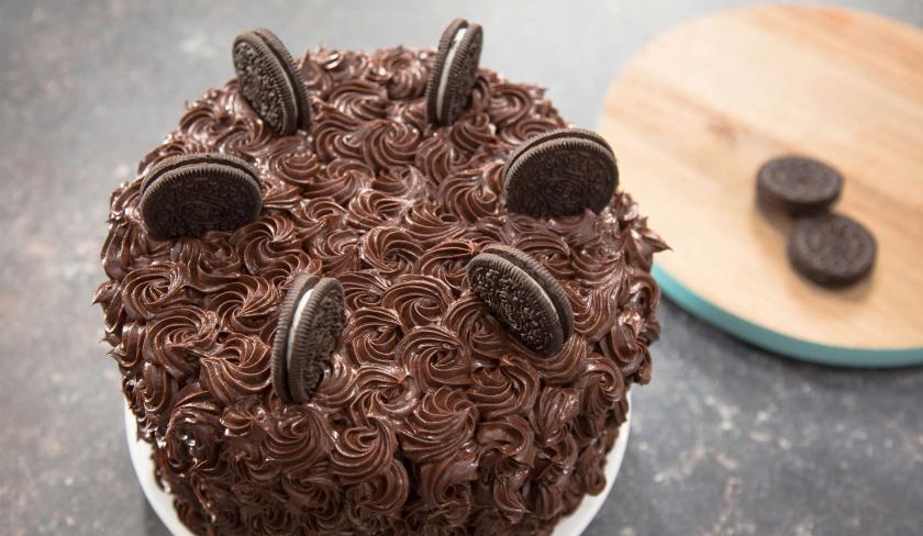 Die Oreo Torte ist mit Frosting verziert und Keksen garniert.