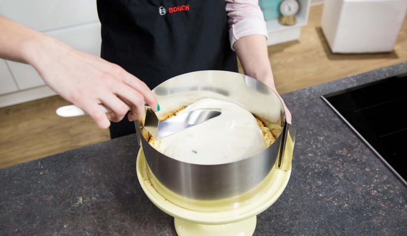 Die Zitronentorte wird geschichtet.