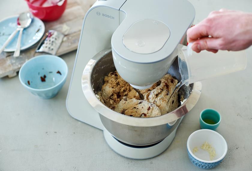 Der Teig für das 5-Minuten-Dinkelbrot wird in einer Küchenmaschine zubereitet.