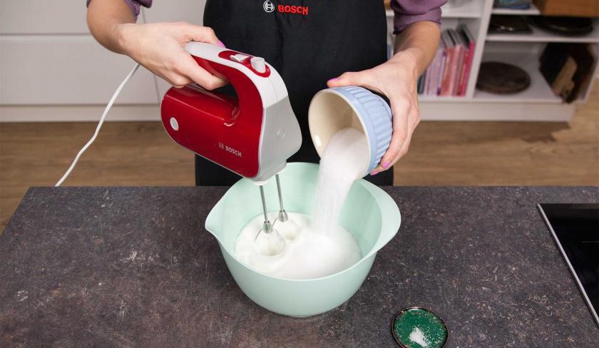 Die Zutaten für den Teig der Erdbeer-Joghurt-Torte werden verrührt.