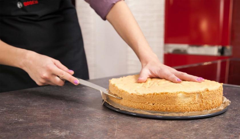 Der Boden für die Erdbeer-Joghurt-Torte wird quer halbiert.