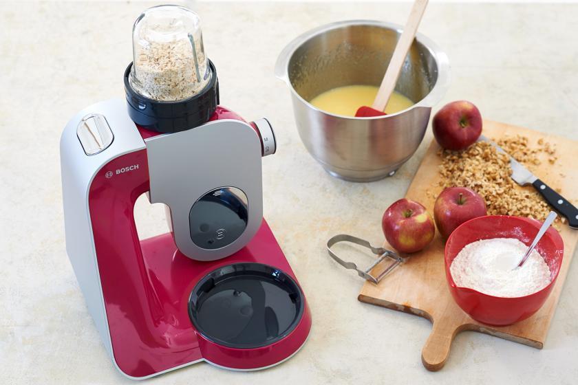 Für die Apfel-Walnuss-Torte werden Haferflocken in einer Küchenmaschine gemahlen. Drum herum Teigzutaten.