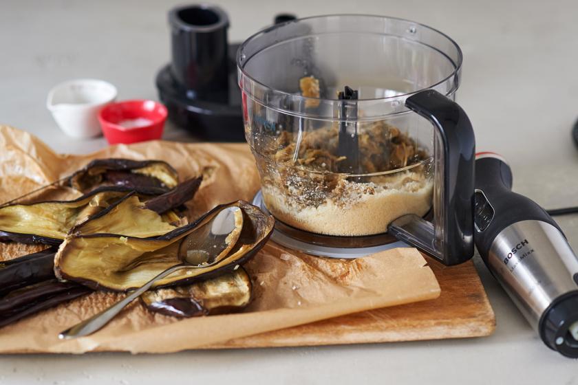 Für die Auberginen-Ravioli mit Walnusspesto wird das Fruchtfleisch der Auberginen in einem Mixer püriert.