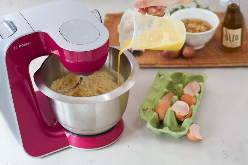 Für Für Auberginen-Ravioli mit Walnusspesto wird der Nudelteig in einer Küchenmaschine geknetet.