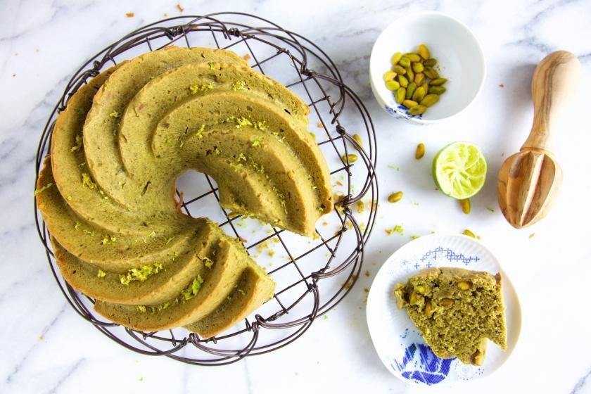 Avocadakuchen angeschnitten auf einem Kuchengitter