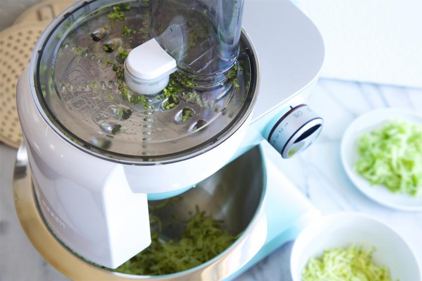Gemüse für Bibimbap wird mit einer Küchenmaschine geschnitten.