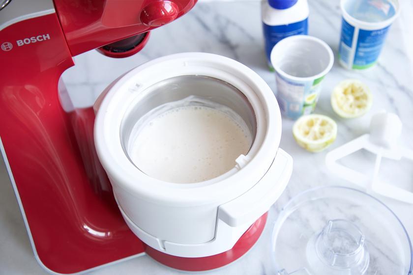Die Eismasse für den Birnen-Crisp mit Schmand-Eis ist in eine Eismaschine gefüllt.