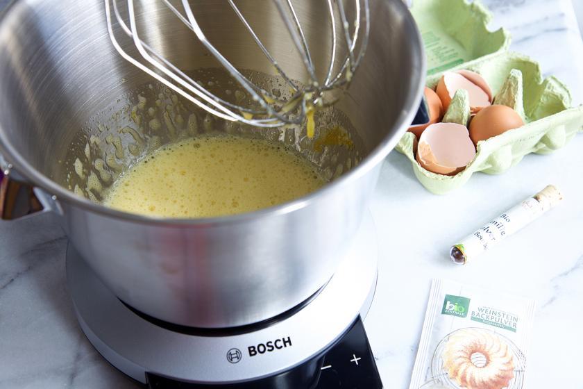 Die Zutaten für den Teig der Blondies mit Erdbeeren werden in einer Küchenmaschine verrührt.