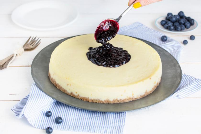 Der Blueberry Cheesecake wird mit Sauce garniert.