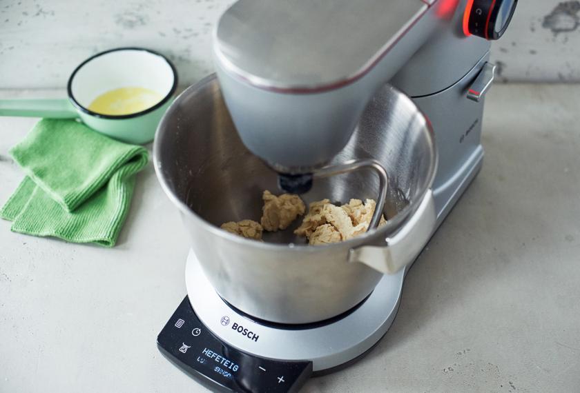 Die Zutaten für Brioche werden in einer Küchenmaschine geknetet.