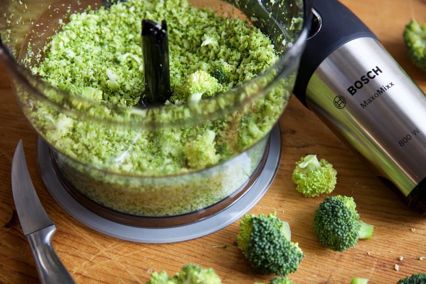 Für den Boden der Brokkoli-Pizza wird das Gemüse in einem Mixer zerhäckselt.