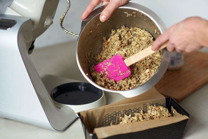 Die Mischung für das Brot ohne Mehl wird in eine Kastenform gefüllt.