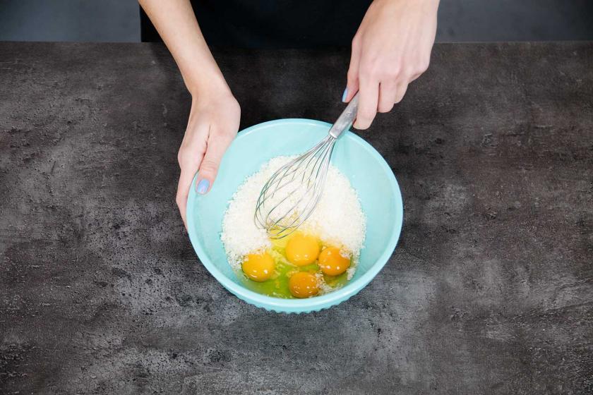 Für Spaghetti Carbonara ohne Sahne wird Ei mit Käse in einer Schüssel verrührt.